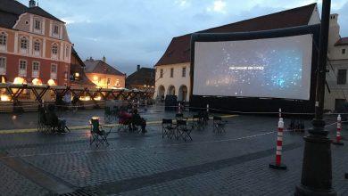 Photo of Proiecții de film, printre picături de ploaie, în Piața Mică