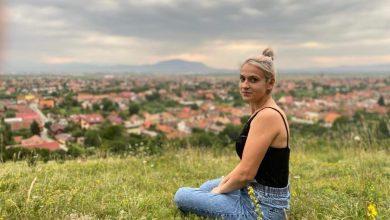 """Photo of O tânără din Sibiu fabrică mărțișoare vii ce """"trăiesc"""" zece ani"""