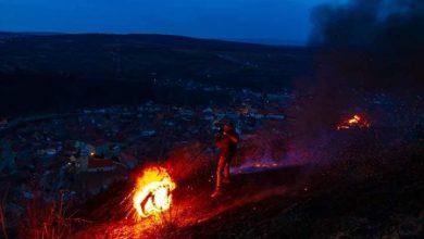 Photo of Flăcări de doi metri la Sadu. Cine a dat foc la cauciucuri
