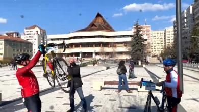 Photo of VIDEO| Instrumentiștii Filarmonicii din Sibiu, stropiți cu șampanie după 209 km de pedalat