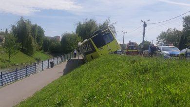 Photo of Autobuz Tursib cu 30 de pasageri, răsturnat pe malul Cibinului. Șoferului i s-ar fi făcut rău la volan