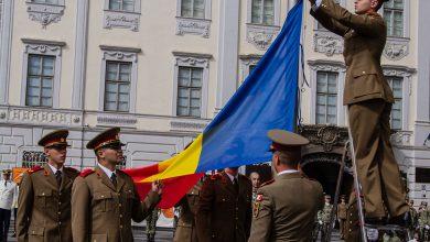 Photo of Drapelul național al României, arborat pe catarg, în Piața Mare