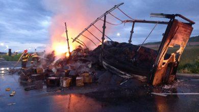 Photo of Autocamion plin cu hârtie și materiale plastice, în flăcări pe A1