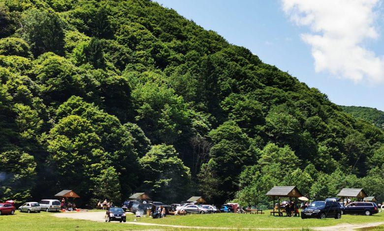 Photo of Sibienii au petrecut Rusaliile pe Valea Ștezii. Cu mici, bere și manele