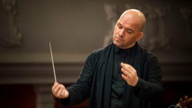 Photo of Cristian Lupeș, la pupitrul dirijoral al orchestrei Deutsche Kammerphilharmonie Bremen, în concertul de la Ateneul Român