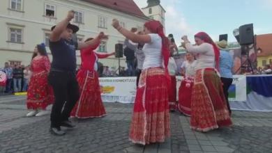 """Photo of VIDEO  """"Originalul Sandu Ciorbă"""", spectacol în centrul Sibiului. Participanții au dansat cum au știut mai bine"""
