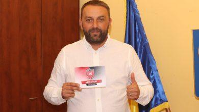 Photo of Primarul Marius Grecu a cumpărat primul abonament pentru meciurile echipei CSC 1599 Șelimbăr