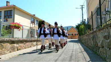 """Photo of Weekendul în care toate drumurile au dus la Gura Râului. Spectacol marca Junii Sibiului, bucate tradiționale și mii de aplauze, duminică, la """"Bujorul de Munte"""""""