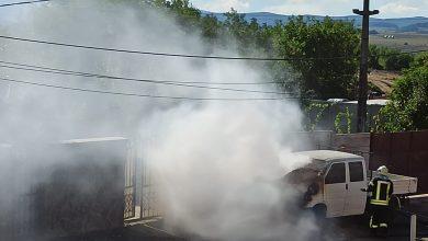 Photo of Camionetă parcată pe strada Preot Bacca, în flăcări