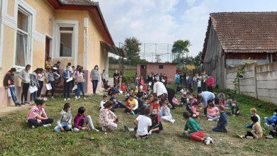 """Photo of """"Cei trei purceluși"""" ajung la copiii din Marpod și Tălmăcel"""