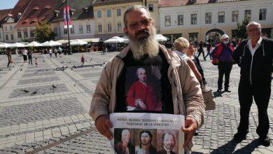 """Photo of VIDEO  Unul dintre protestatarii """"Rezist"""", prezent la dezvelirea statuii lui Brukenthal: """"Să li se ridice statui și generalului Basta, lui Ribbentrop și Molotov, lui Covid și Vaccin!"""""""