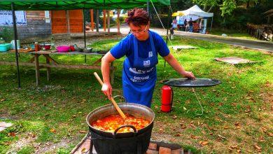 """Photo of Pomana porcului """"fură"""" startul. Gospodinele din Sadu vă gătesc rețete de pe vremea bunicilor"""