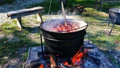 Photo of Gospodinele din Șeica Mică au predat lecții de pus conserve pentru iarnă. Cum se prepară o ciorbă originală de varză cu carne de oaie și un lichiu